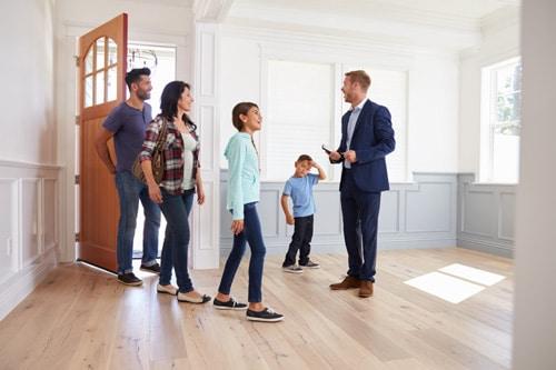 Prohlídka bytu se zájemci o koupi
